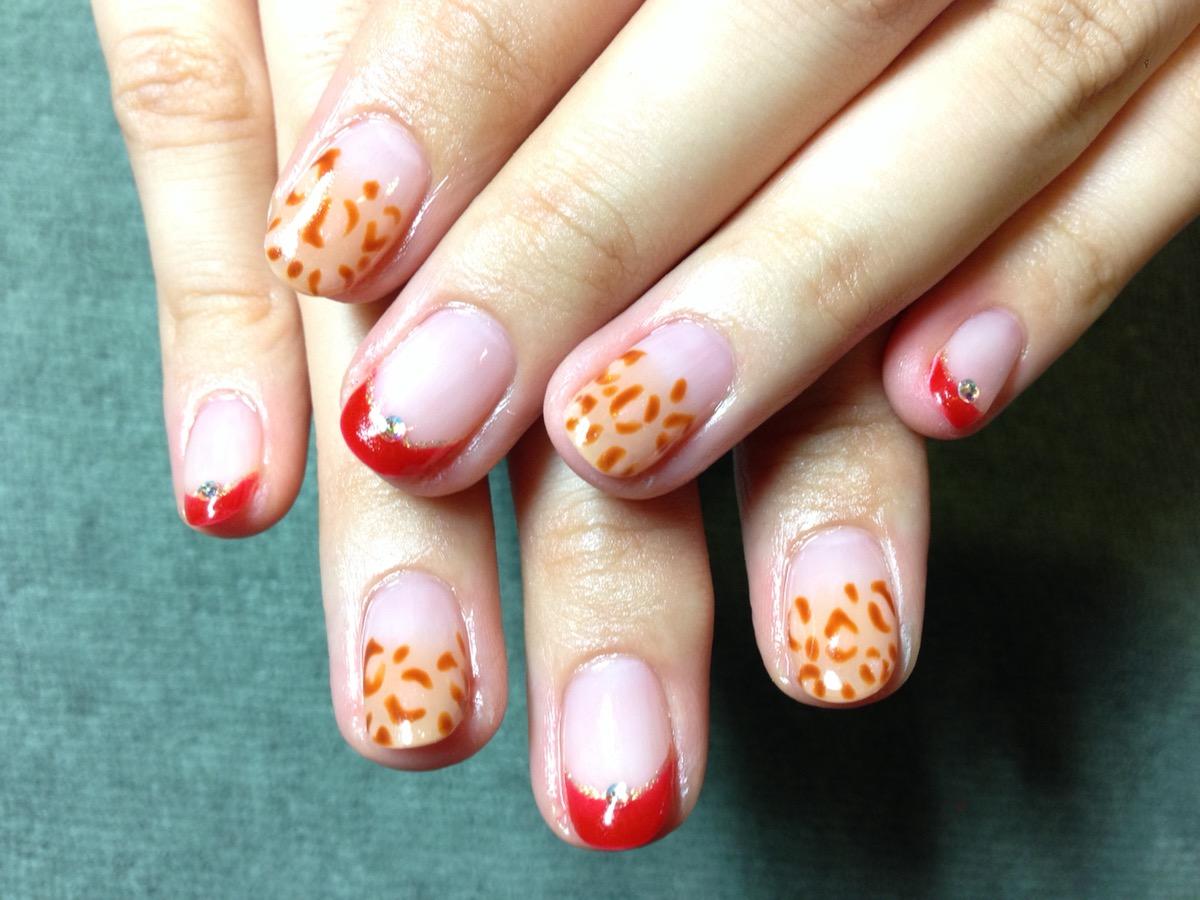 爪先が赤とオレンジの点々模様のジェル