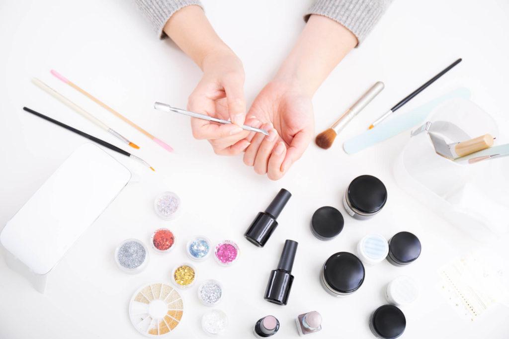 多くの道具を使いネイルアートを行う女性