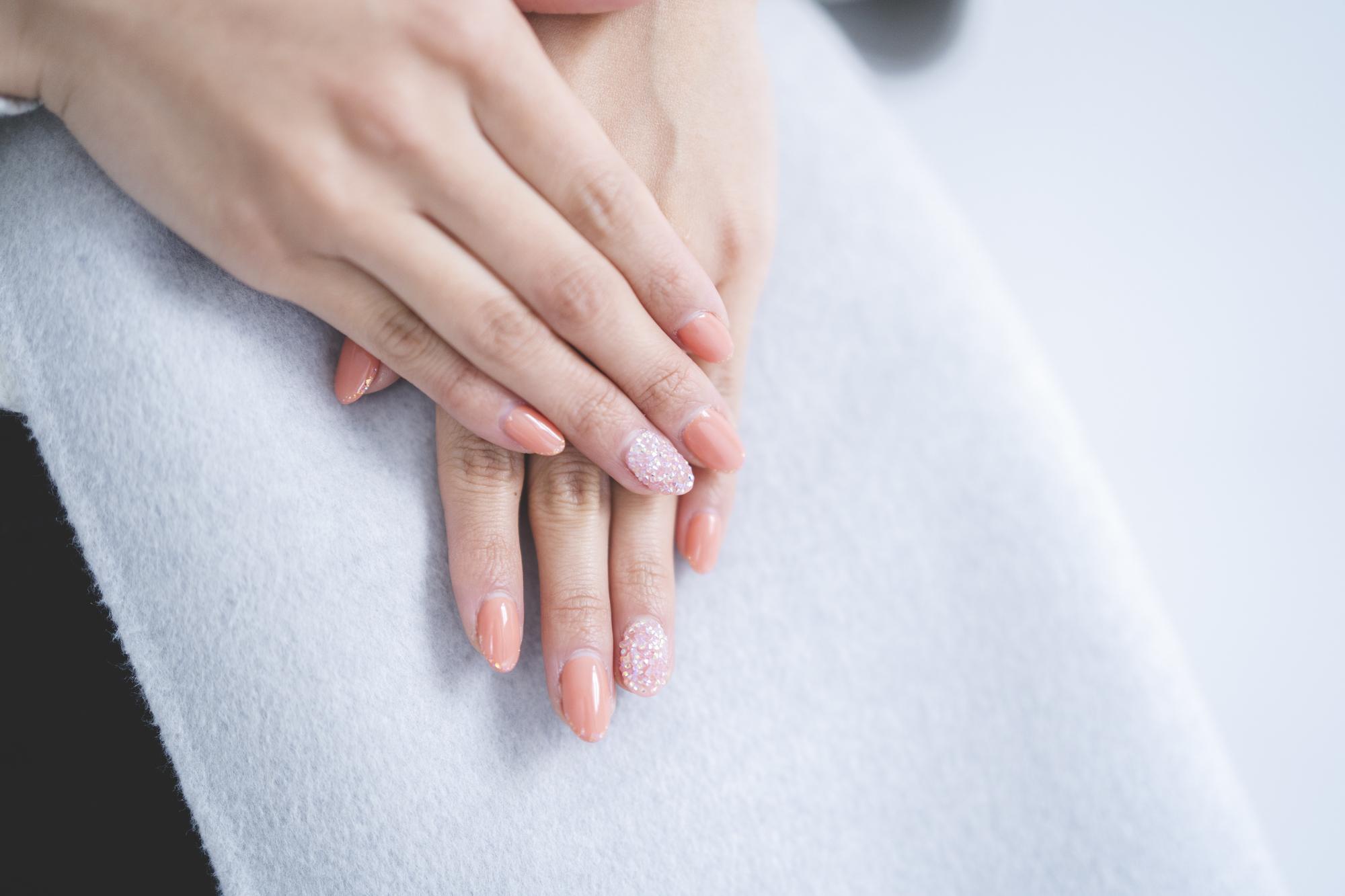 女性の指と爪