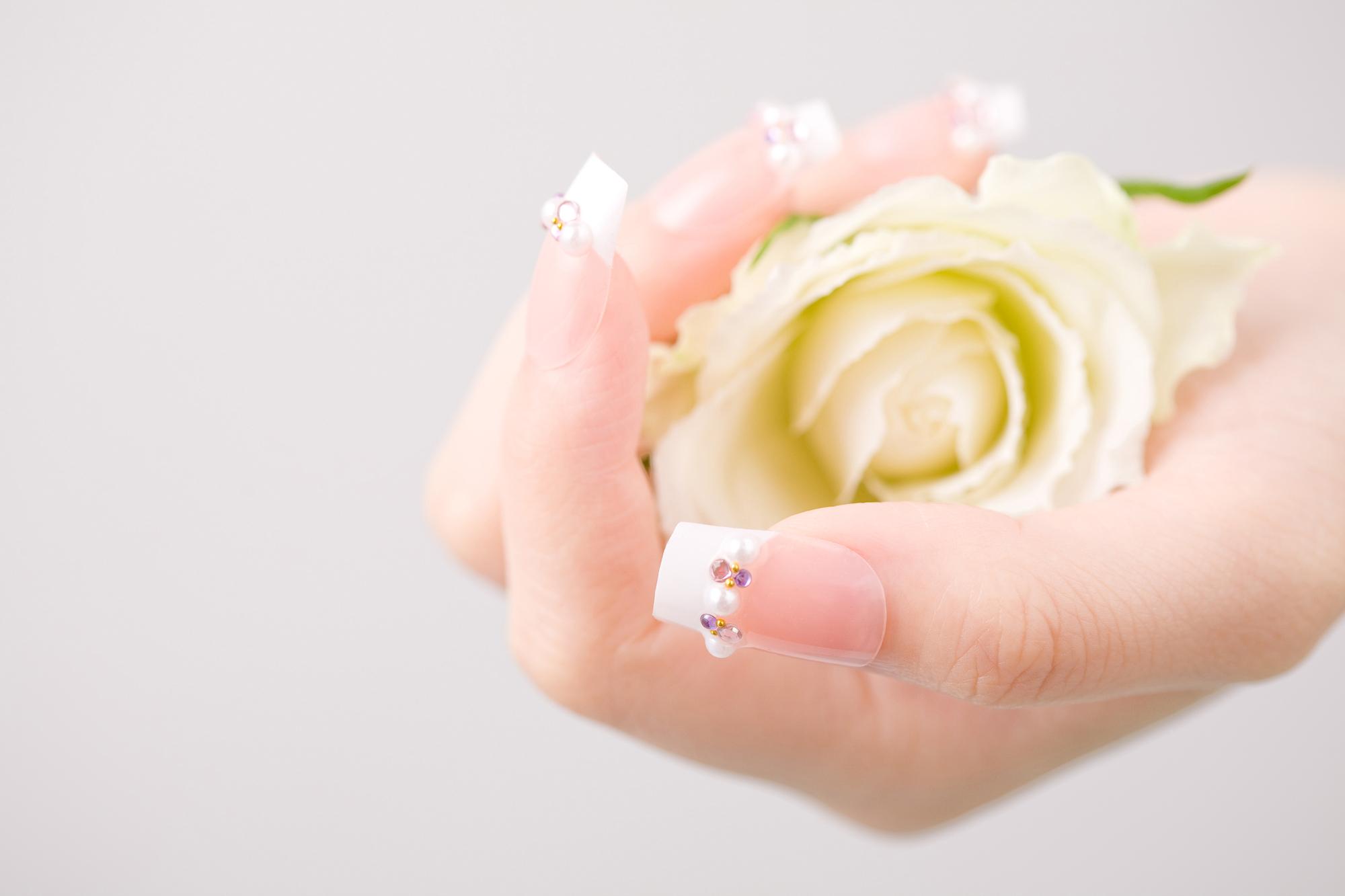 手にお花を持つ