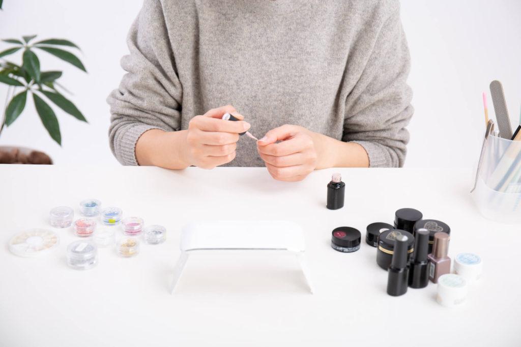 ジェルを爪に塗る女性