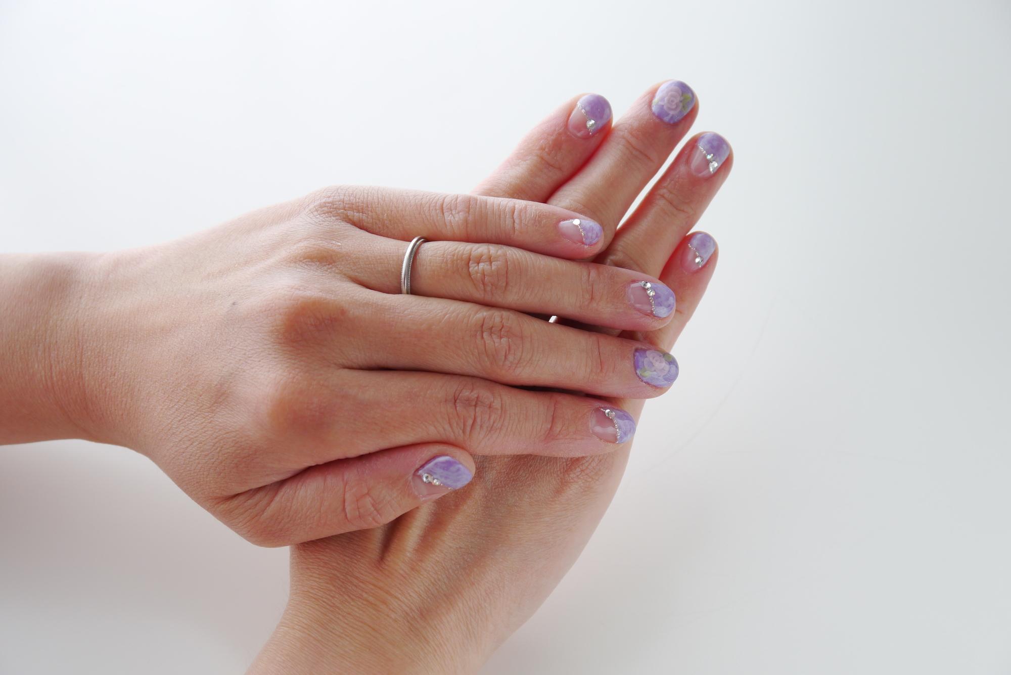 女性の指とマーブルネイル