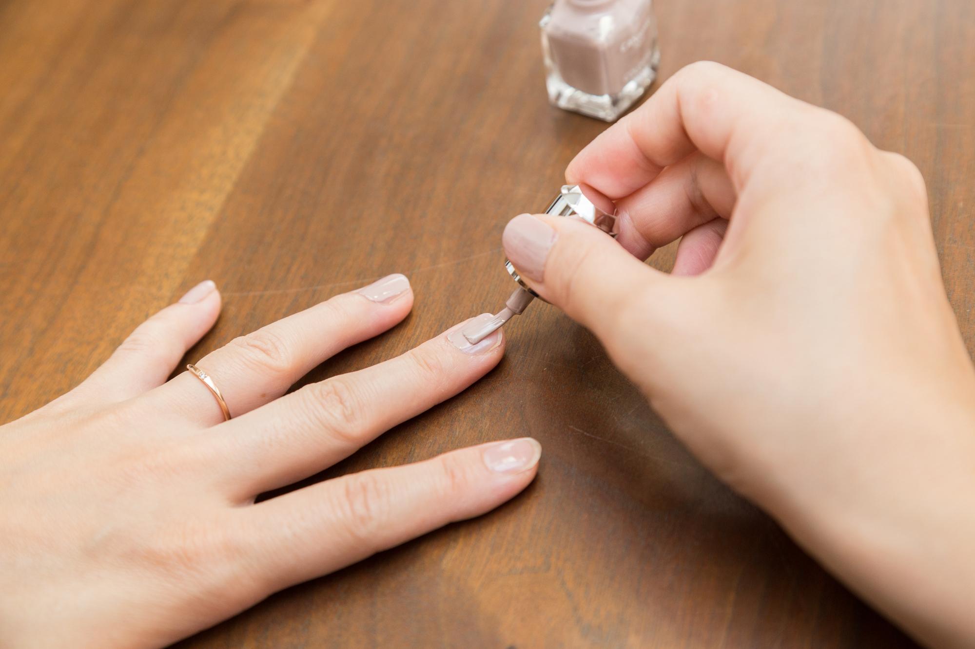 自爪をケアしている女性の指
