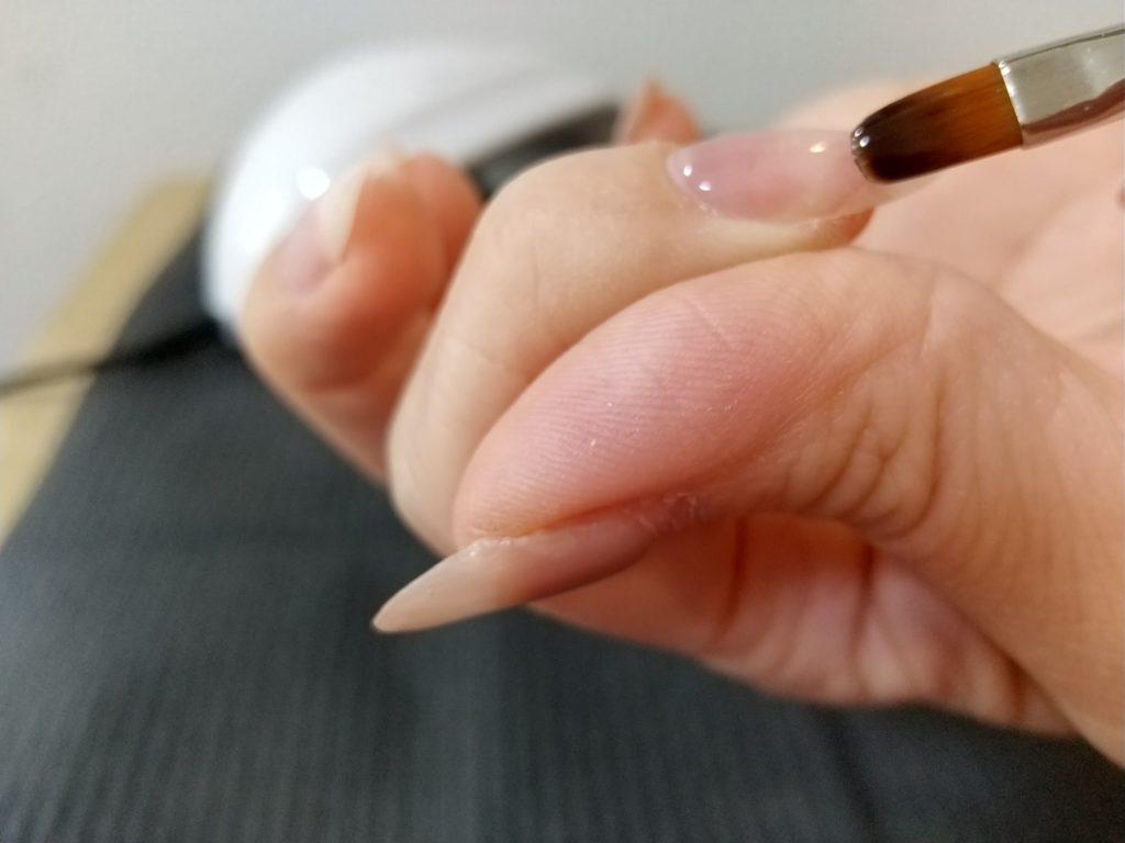 ベースジェル工程-人差し指にベースジェルを塗る