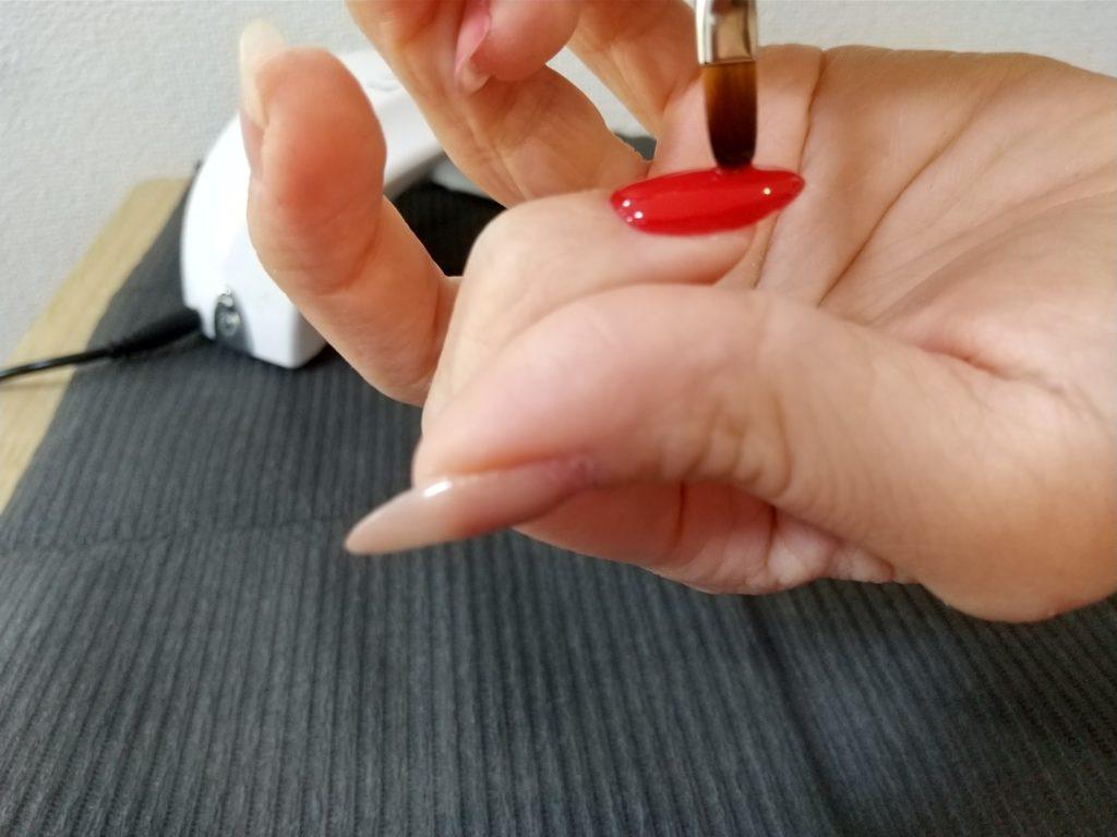 トップジェルとネイルパーツ工程-トップジェルを塗るシーン(筆を立てる)
