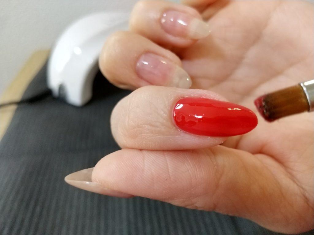 カラージェル工程-爪全体を赤いカラージェルで塗布