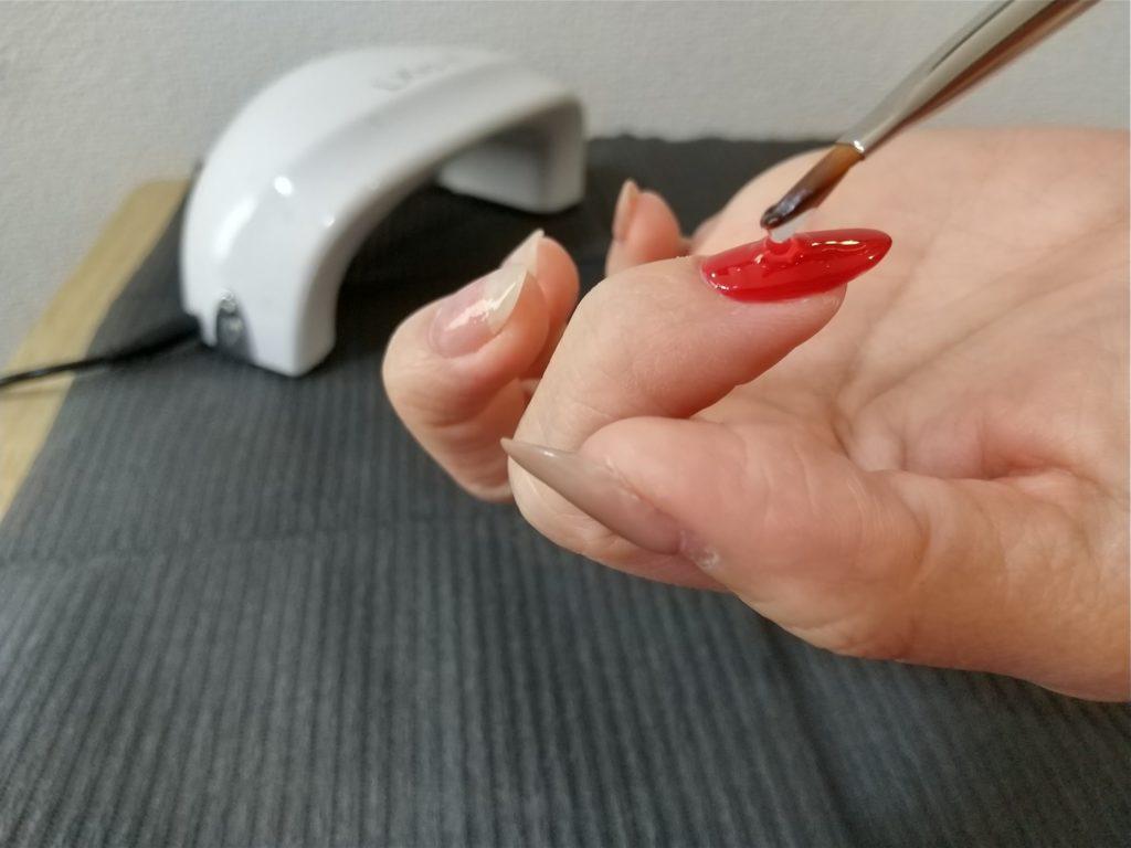 トップジェルとネイルパーツ工程-トップジェルを塗るシーン
