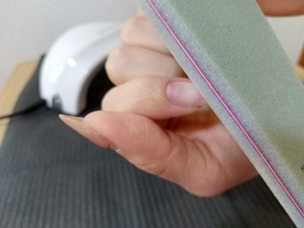 プレパレーション-ファイルで爪の表面を傷つける作業