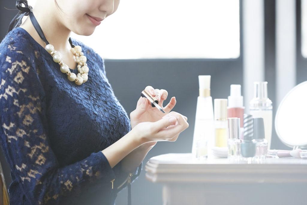 女性がマニュキュアを塗っている