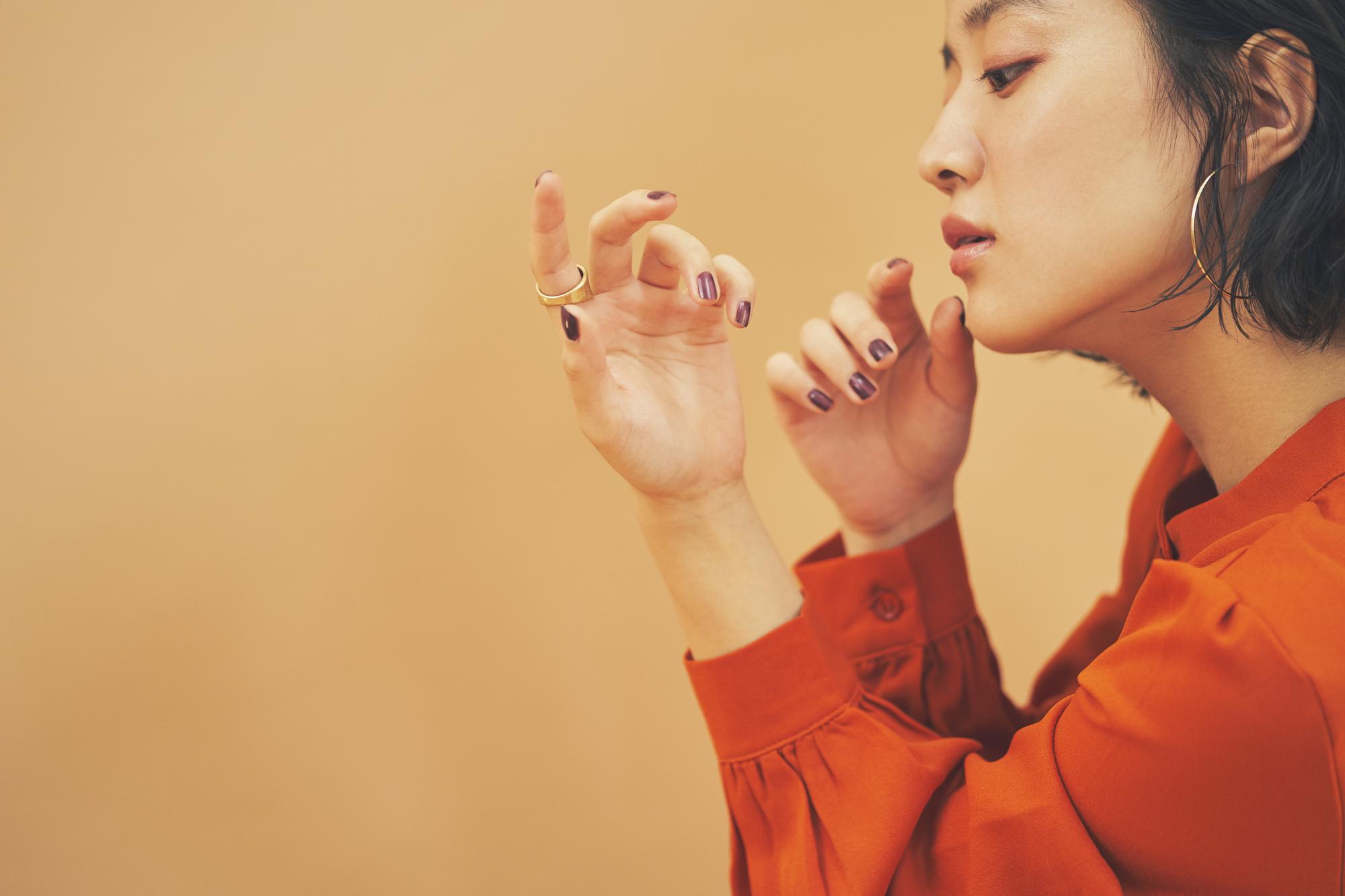 爪を眺める女性